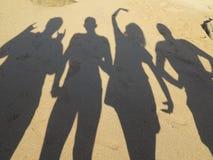 Тени молодого peole 5 имея потеху на пляже на Кипре стоковая фотография rf