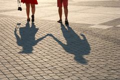 Тени на дороге, 2 любовника держат руки стоковое изображение