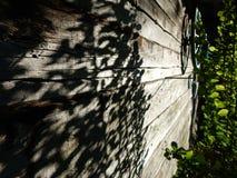 тени огораживают деревянное стоковое фото rf