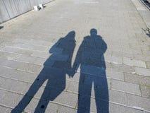 Тени пар, человека и женщины держа руки на улице Стоковое фото RF