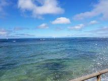 Тени пульсаций воды океана сини бирюзы с южного берега  Стоковые Фотографии RF