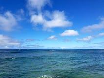 Тени пульсаций воды океана сини бирюзы с южного берега  Стоковое Изображение