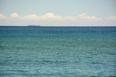 Тени Средиземного моря, облаков и корабля на горизонте Стоковое фото RF