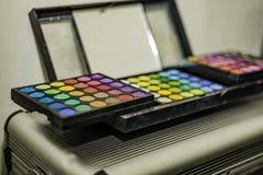 Тени для век и губа состава красочные глянцуют коробку палитры с зеркалом Стоковые Изображения RF