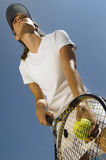 Теннисист готовый для подачи Стоковые Изображения