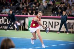 Теннисист женщины ударяя шарик с ракеткой Стоковые Фото