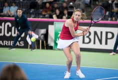 Теннисист женщины ударяя шарик с ракеткой Стоковая Фотография RF