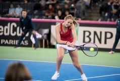 Теннисист женщины ударяя шарик с ракеткой Стоковые Фотографии RF