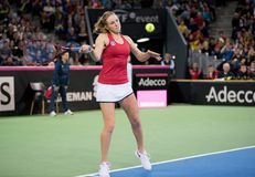 Теннисист женщины ударяя шарик с ракеткой Стоковое Фото