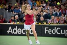Теннисист женщины ударяя шарик с ракеткой Стоковое фото RF
