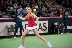 Теннисист женщины ударяя шарик с ракеткой Стоковые Изображения RF