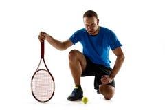 Теннисист заискивая вниз со смотреть нанесенный поражение и грустный стоковое фото