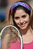 Теннисист и счастье девушки спортсмена колумбийский с ракеткой тенниса Стоковые Фотографии RF