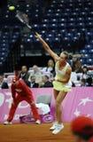 Теннисист Магдалена Rybarikova служит шарик во время спички тенниса Стоковые Изображения RF