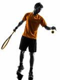 Теннисист человека на силуэте сервировки обслуживания Стоковые Изображения RF
