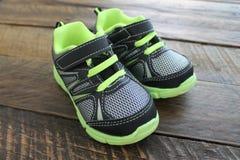 Теннисная обувь мальчиков и малышей атлетическая Стоковые Изображения RF