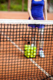 Теннисные мячи на поле для тенниса Стоковые Изображения RF