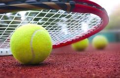 Теннисные мячи на суде Стоковые Фотографии RF