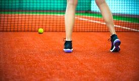 Теннисный корт глины с ногами теннисиста стоковые фото
