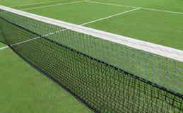 Теннисный корт с зеленой искусственной травой Стоковое Изображение