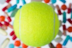 Теннисный мяч и пилюльки Стоковое Изображение