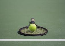 Теннисный мяч и ракетка Стоковое фото RF