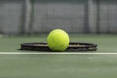 Теннисный мяч и ракетка Стоковое Изображение