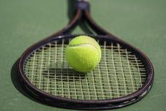 Теннисный мяч и ракетка Стоковые Фото