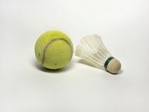Теннисный мяч и shuttlecock бадминтона на белизне Стоковые Изображения