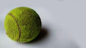 Теннисный мяч на изолированной предпосылке стоковое изображение rf