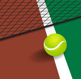 Теннисный мяч на линии угла суда Стоковое Фото
