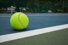 Теннисный мяч на суде Стоковая Фотография