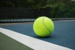 Теннисный мяч на суде Стоковые Фотографии RF