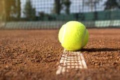 Теннисный мяч на теннисном корте глины стоковые фотографии rf