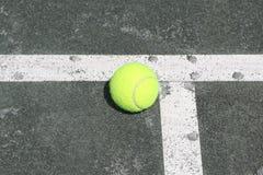Теннисный мяч на теннисном корте глины Har-Tru стоковые изображения