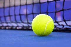 Теннисный мяч на теннисном корте стоковая фотография