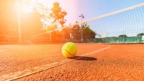 Теннисный мяч рядом с сетью на суде глины Стоковая Фотография RF
