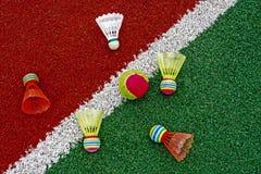 Теннисный мяч & shuttlecocks бадминтона Стоковые Фотографии RF