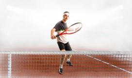 Теннис игры молодого человека на суде стоковые изображения