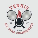 Теннис резвится одеяние с ракеткой и пламенистым шариком Нью-Йорк весь чемпионат звезды Эмблема оформления для футболки вектор Стоковые Изображения