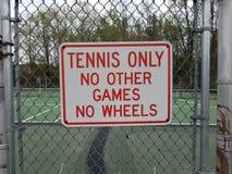 Теннис только отсутствие других игр никакие колеса не подписывают на загородке металла на теннисном корте стоковое фото rf
