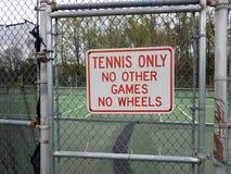 Теннис только отсутствие других игр никакие колеса не подписывают на загородке металла на теннисном корте стоковые изображения rf