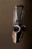 Тенор саксофона Аппаратура Woodwind классическая Джаз, син, классики нот Саксофон на черной предпосылке Черное surfac зеркала Стоковая Фотография