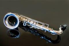 Тенор саксофона Аппаратура Woodwind классическая Джаз, син, классики нот Саксофон на черной предпосылке Черное surfac зеркала Стоковые Изображения