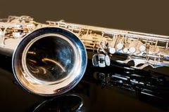 Тенор саксофона Аппаратура Woodwind классическая Джаз, син, классики нот Саксофон на черной предпосылке Черное surfac зеркала Стоковые Изображения RF