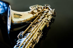 Тенор саксофона Аппаратура Woodwind классическая Джаз, син, классики нот Саксофон на черной предпосылке Черное surfac зеркала Стоковые Фотографии RF