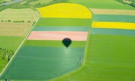 Тень аэростата на зеленом ландшафте сверху Стоковые Изображения RF