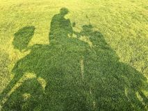 Тень водителя мотоцикла на траве Стоковые Изображения