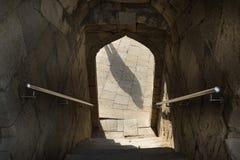Тень во входе свода, перила, лестницы вниз с входа через свод стоковое фото rf
