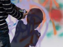 Тень граффити стены картины мальчика стоковое фото
